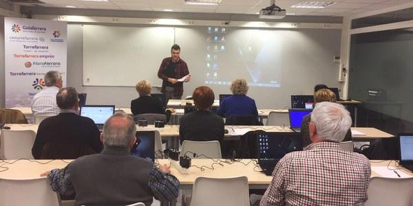 22 alumnes al curs d'alfabetització digital per a gent gran i persones en procés d'inserció laboral a Torrefarrera