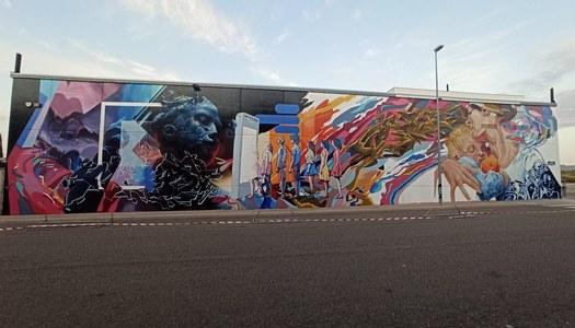 El mural 'Comunicació' dels grafiters Folk & Miedo, guanyador del 5è Torrefarrera Street Art Festival