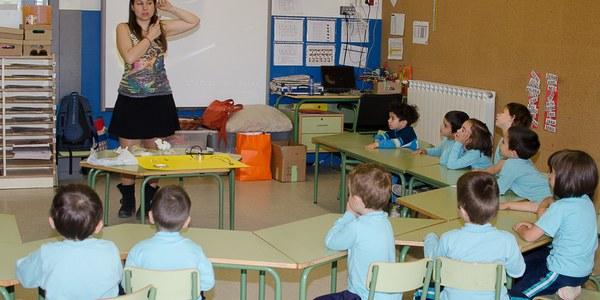 Els alumnes de l'Escola La Creu aprenen a fer joies durant la 27a Setmana Cultural de Torrefarrera