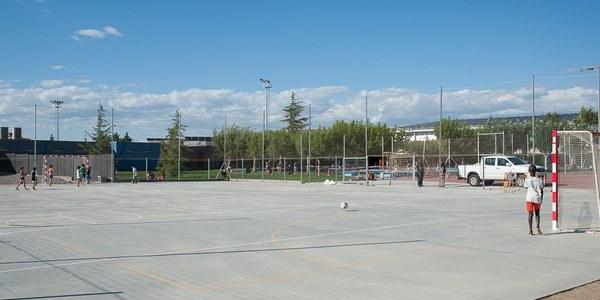 Els usuaris de les piscines municipals poden utilitzar la pista poliesportiva annexa