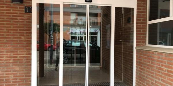 L'Ajuntament canvia les portes d'accés al consultori mèdic per unes d'automàtiques
