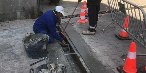 La brigada municipal de Torrefarrera realitza tasques de manteniment i millora del poble amb l'arranjament d'embornals i fonts públiques