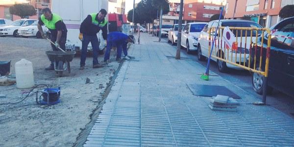La brigada municipal repara voreres en mal estat comunicades pels veïns a través de l'aplicació Millora Torrefarrera