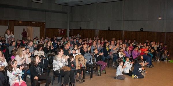 Més de 150 persones gaudeixen de l'espectacle de màgia El truc final a Torrefarrera