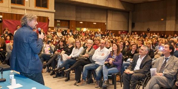 Més de 500 persones a la conferència de Carles Capdevila 'Educar amb humor' a Torrefarrera