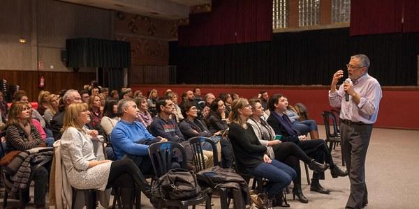 Prop de 100 persones assisteixen a Torrefarrera a la conferència d'Enric Queralt sobre l'escola