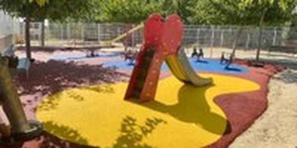 Torrefarrera continua millorant l'Escola La Creu amb paviment de cautxú al pati