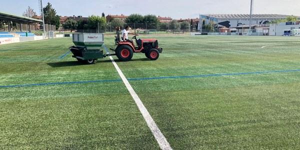 Torrefarrera fa tasques de manteniment a la gespa artificial del Complex Esportiu Antoni Palau