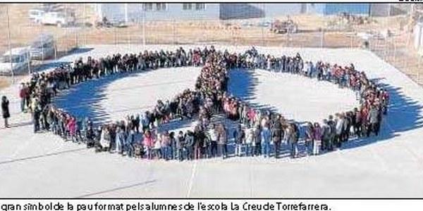 Un gran símbol de la Pau format pels alumnes de l'escola La Creu de Torrefarrera.